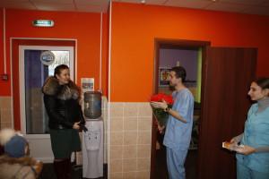 Ткачук В.В. вручает цветы глав врачу