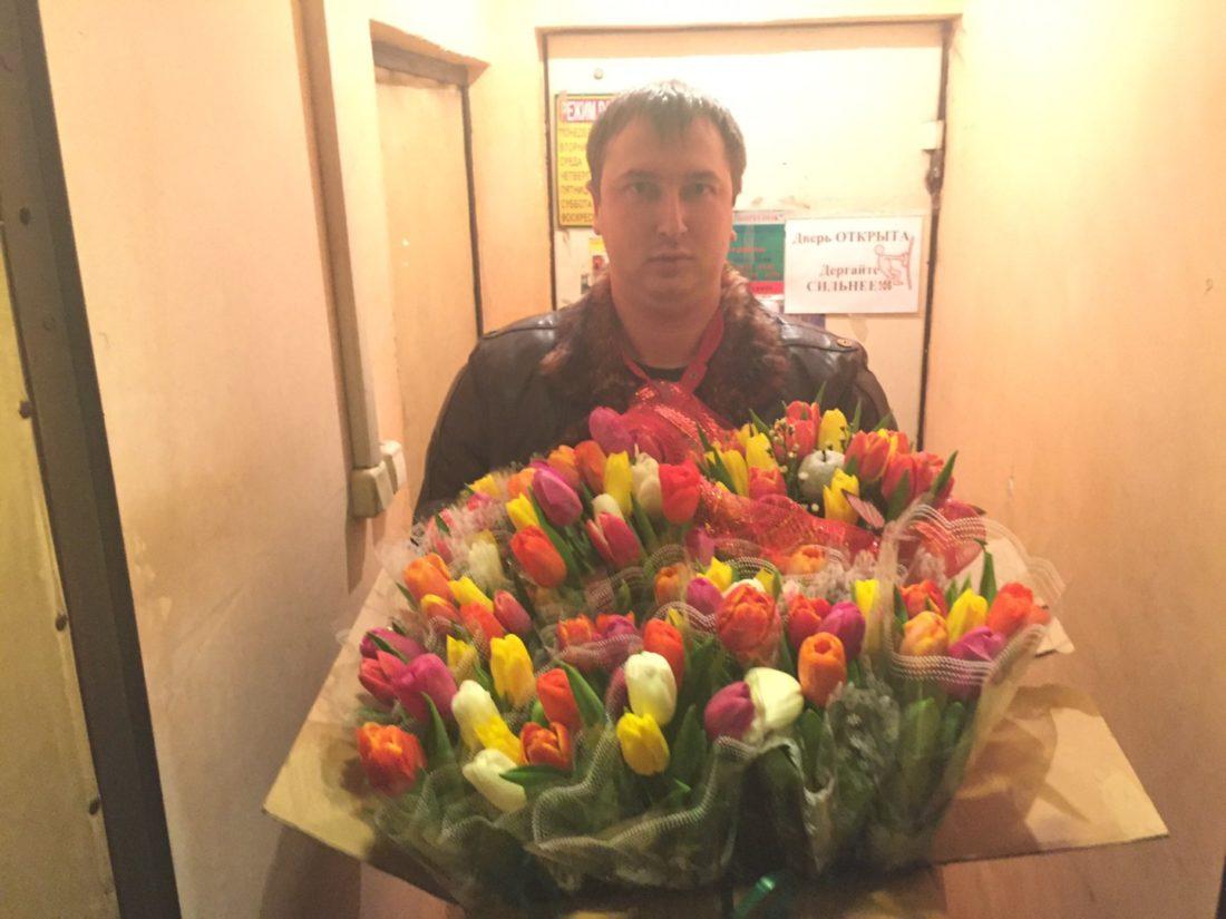 Сергей Викторович Лазарев готовит цветы